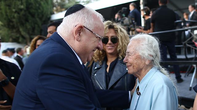 הנשיא ריבלין עם האחות רחל רבין (צילום: אוהד צויגנברג) (צילום: אוהד צויגנברג)