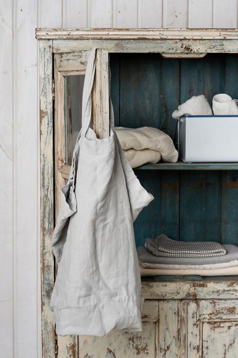 ארון ויטרינה מעץ מלא. החלק הפנימי נצבע בטורקיז והחיצוני בלבן (צילום: יהונתן בלום ובועז לביא)