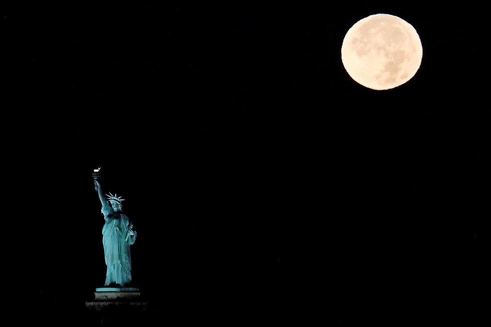 פסל החירות בניו יורק לפני עלות השחר (צילום: AP)