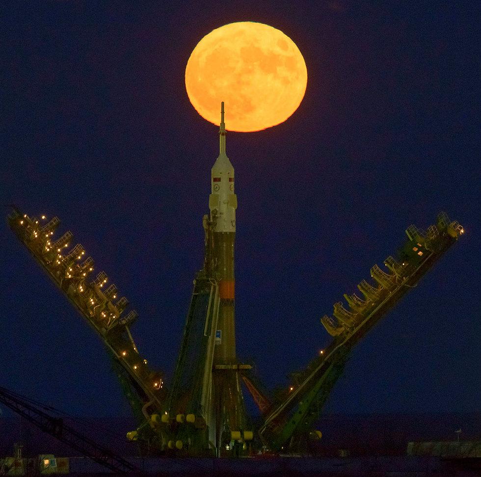 הירח מעל אתר שיגור בקזחסטן (צילום: EPA / NASA)