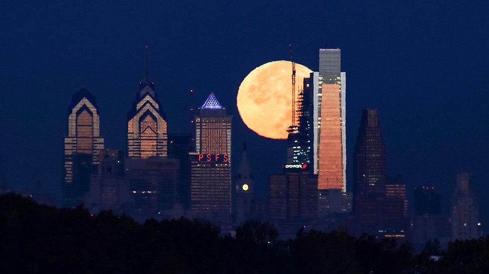סופר-מון בדרך. פילדלפיה בלילה האחרון, לפני שעלתה השמש (צילום: AP)
