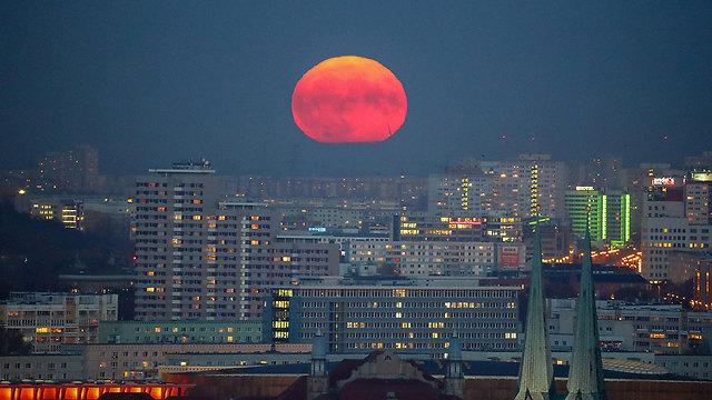 הירח בשמי ברלין, הערב (צילום: EPA)