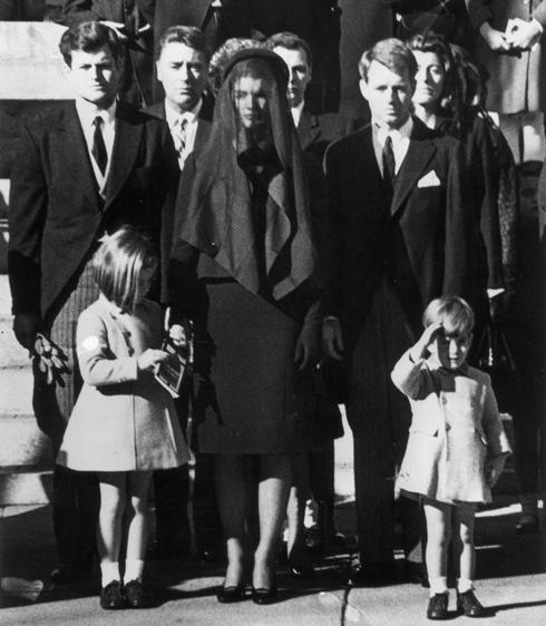 ג'קי קנדי וצעיף השיפון השחור בהלווייתו של בעלה (צילום: Gettyimages)