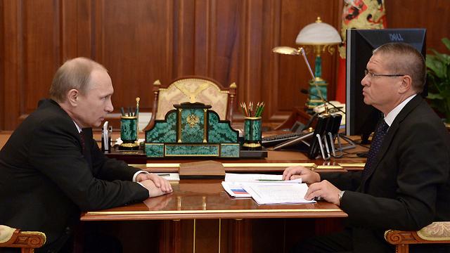 שר הכלכלה העצור עם נשיא רוסיה פוטין (צילום: AFP) (צילום: AFP)