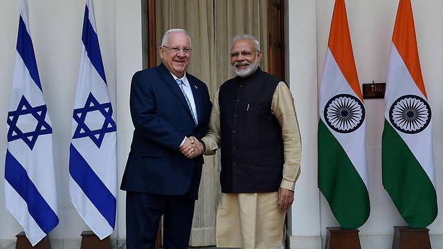 נשיא המדינה רובי ריבלין וראש ממשלת הודו נרנדרה מודי (צילום: AFP)