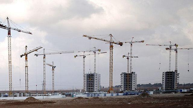 אתר בנייה בקרית גת (צילום: רויטרס)