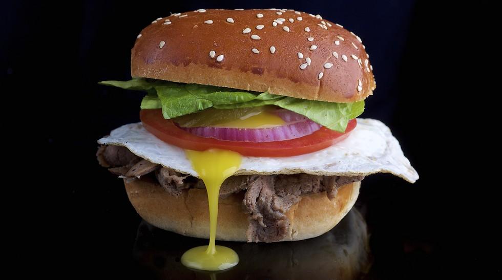 """באמת שרצינו לטעום אותו, אבל כל הניסיונות לעשות זאת כשלו. ההמבורגר של רשת """"שמונה"""" (צילום: יח""""צ) (צילום: יח"""