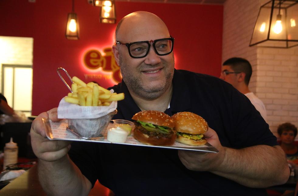 """מושיק רוט עם ההמבורגר של רשת """"שמונה"""" (צילום: יח""""צ) (צילום: יח"""