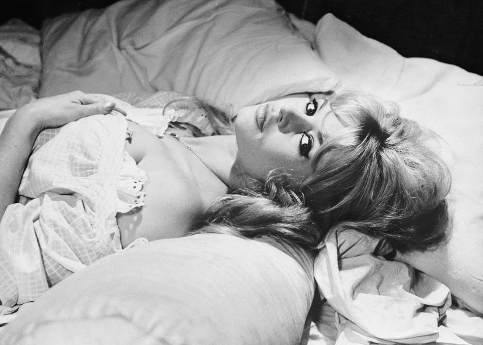 """""""זה לא מה שמדמואזל בארדו עושה במיטה, אלא מה שהיא עשויה לעשות, שמכניס את שלוש דמויות הגברים הראשיות בסרט לקדחת ארוטית"""", כתב מבקר הקולנוע של הניו יורק טיימס  (צילום: Gettyimages)"""