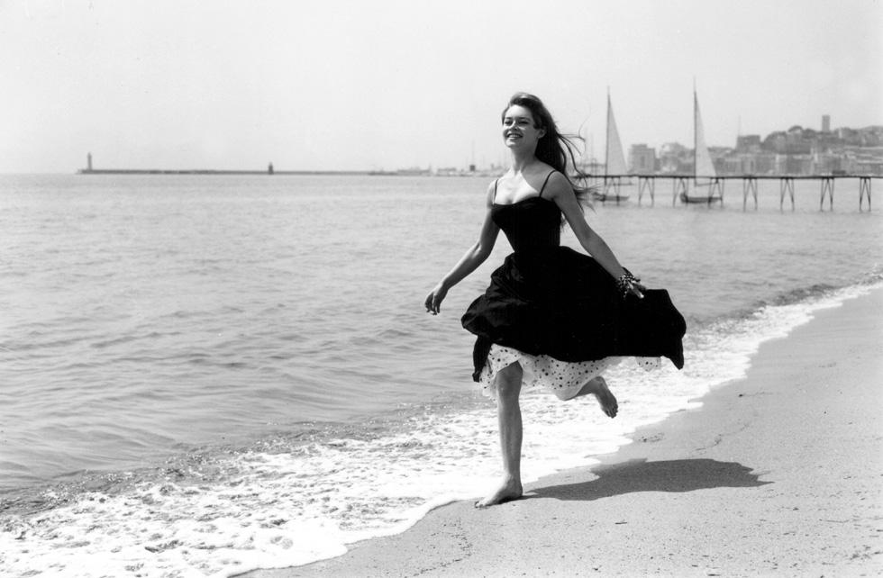 """""""היא פשוט מציגה לראווה את גופה, שנמצא כל הזמן בתנועה. היא הולכת, רוקדת, נעה. במשחק הציד, היא הצייד והטרף כאחד"""", כתבה על בארדו סימון דה בובואר (צילום: Gettyimages)"""