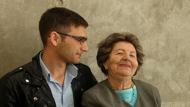 גרינשפן-פרימר עם אחד מנכדיה (צילום: אלעד גרשגורן) (צילום: אלעד גרשגורן)