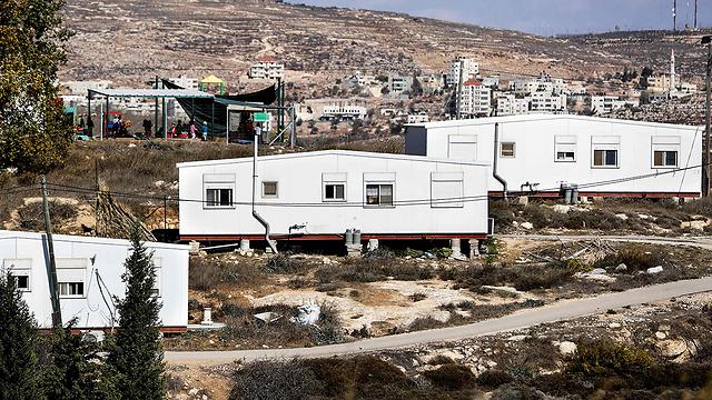 עמונה. שרשרת אנושית מסביב לכל בית (צילום: AFP) (צילום: AFP)