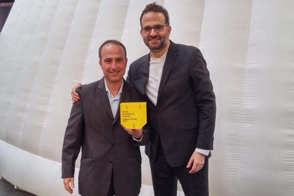 עמוס גולדרייך (מימין) ואושרי יניב אוחזים בפרס שקיבלו בברלין, אתמול. תמר יעקבס היא השותפה השלישית להישג (צילום: אושרי יניב)