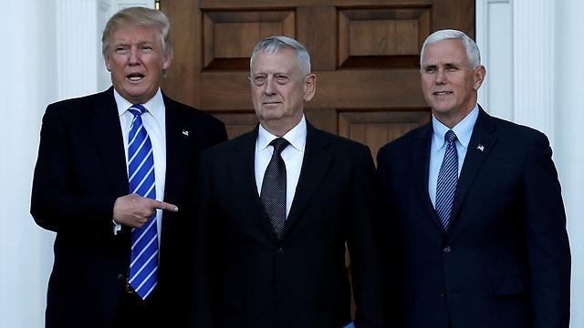 מאטיס בין טראמפ לסגן הנשיא לעתיד מייק פנס (צילום: רויטרס) (צילום: רויטרס)
