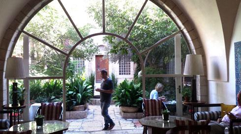 הפטיו של מלון אמריקן קולוני במזרח ירושלים. ''בין הפיזי לפואטי'', אומר לוינגר (צילום: גיא נרדי)
