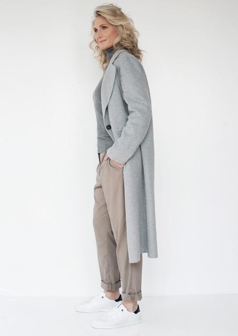 מעיל, 699 שקל, מנגו; סריג, 120 שקל, קסטרו; מכנסיים, 119 שקל, H&M; סניקרס, 170 שקל, ברשקה (צילום: עדו לביא סטיילינג: תמי ארד-ברקאי)