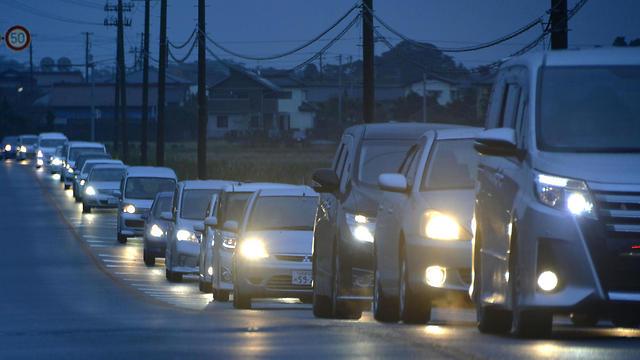 התושבים מתפנים. עומסים באזור פוקושימה (צילום: AP) (צילום: AP)