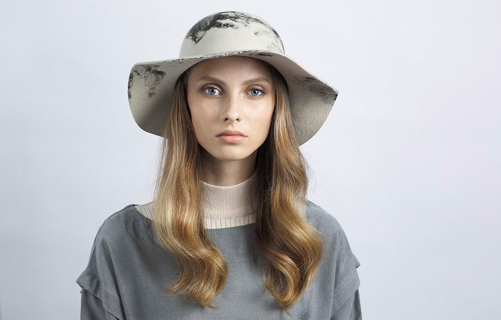ג'סטין האטס. במדינה בה כובע נתפש כאובייקט לבוש גנדרני או דתי, המעצבת יעל כהן רואה בעבודתה שליחות (צילום: יפעת ורצ'יק)
