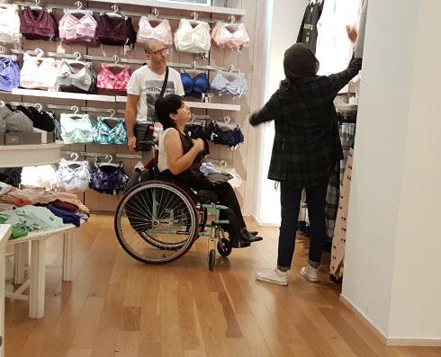 על אף שהחנות מרווחת, אדם נזקקה לעזרה של מוכרת כדי להוריד פריטי לבוש מהמתלים הגבוהים. אמריקן איגל (צילום: איתי יעקב)