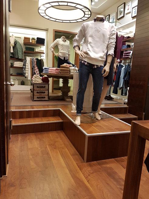 """""""לגאנט יש בגדים שאני אוהבת, ולצערי, אני אפילו לא יכולה לראות אותם, שלא לדבר על למדוד, כי מבחוץ תאי המדידה נראים צרים. בחנויות כמו גאנט אני ממודרת"""". החנות בקניון רמת אביב (צילום: איתי יעקב)"""
