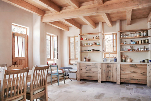 המטבח נבנה בידי נגר, לא נעשו קניות בחנויות וברשתות (צילום: יעלי גבריאלי)