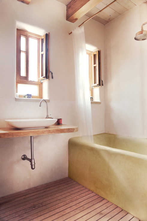 על הקירות טדלקט - טיח מיוחד לחדרים רטובים (צילום: יעלי גבריאלי)