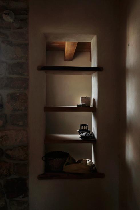 מדפים בנויים בקיר (צילום: יעלי גבריאלי)