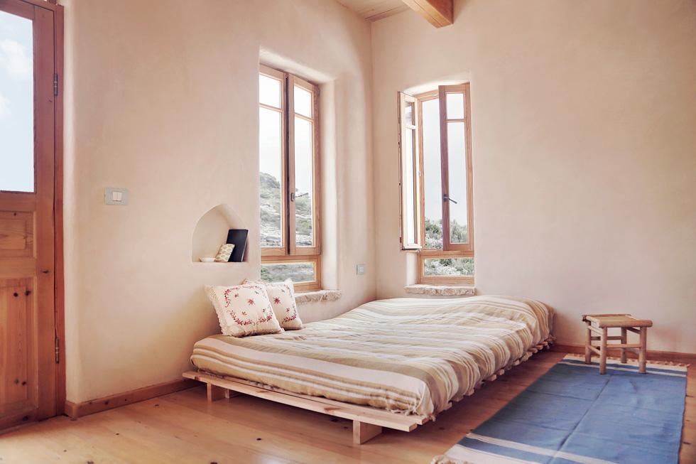 מכל החדרים יש יציאה למרפסות. בקומת הכניסה נמצאים חדרי השינה של בני הזוג ובתם הבוגרת - ובקומה התחתונה עוד חדר לאורחים (צילום: יעלי גבריאלי)