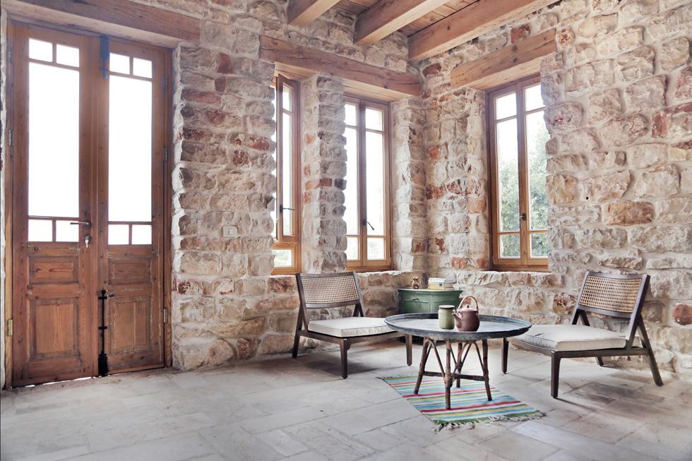 """הסטודיו שבקומה התחתונה. למעט היסודות והממ""""ד, שהוא כורח שנגזר מחוק התכנון והבנייה, לא נעשה שימוש במלט/צמנט, אלא באבן ובעץ בלבד. השירותים אקולוגיים והמים האפורים נאספים ומשמשים להשקיית הגינה (צילום: יעלי גבריאלי)"""