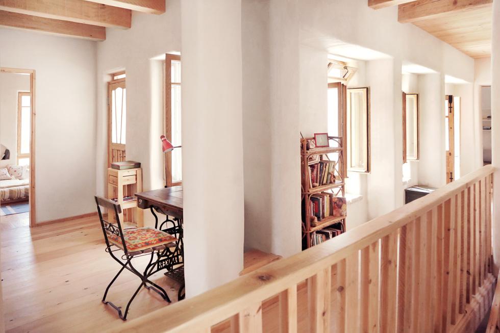 החלונות הוכנו מעץ אשא והדלתות משומשות: הצבע הישן הוסר מהן והן שופצו והותאמו למקום (צילום: יעלי גבריאלי)