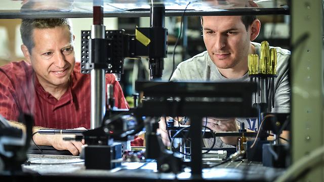 פרופ' טל כרמון (משמאל) והדוקטורנט שי מעייני (צילום: דוברות הטכניון)
