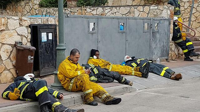 Firefighters resting in Zikhron after battling the flames throughout the night (Photo: Ahiya Raved