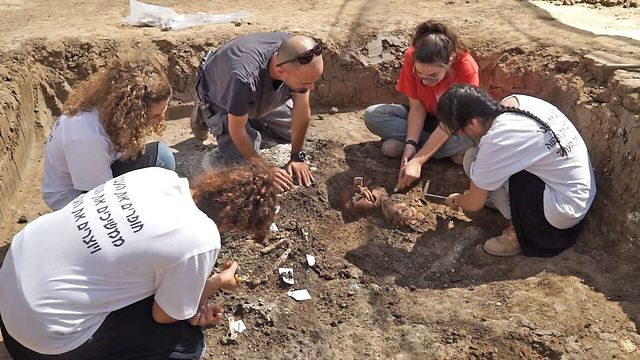 Archeologists and volunteers work to uncover lost items (Photo: Israel Antiquities Authority, EYECON)