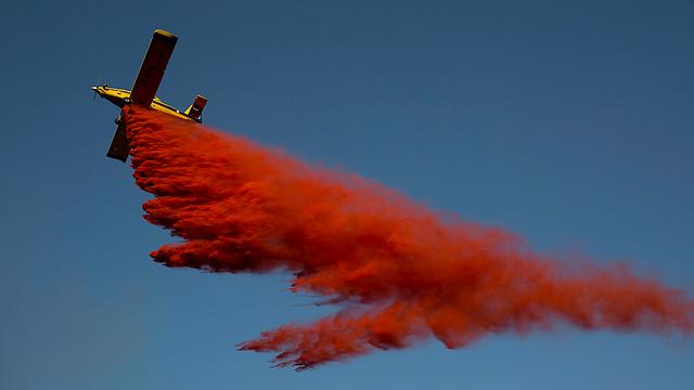 מטוס כיבוי מעל השריפה בנטף (צילום: EPA) (צילום: EPA)