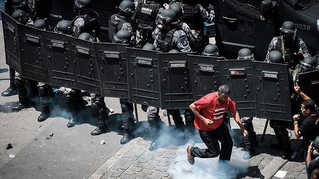 עימות בין שוטרים למפגינים מחוץ לבית התחתון של האסיפה המחוקקת בריו דה ז'ניירו (צילום: AFP) (צילום: AFP)