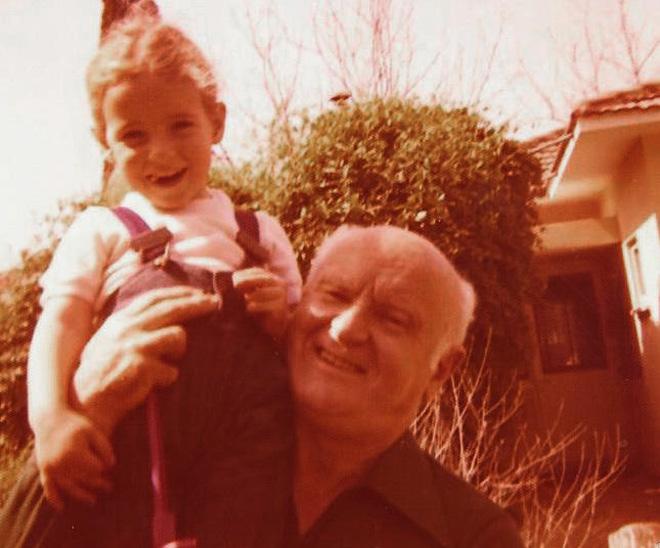 פדן לורבר בילדותה, עם סבה, הרוקח נחום פדן (צילום: אלבום פרטי)