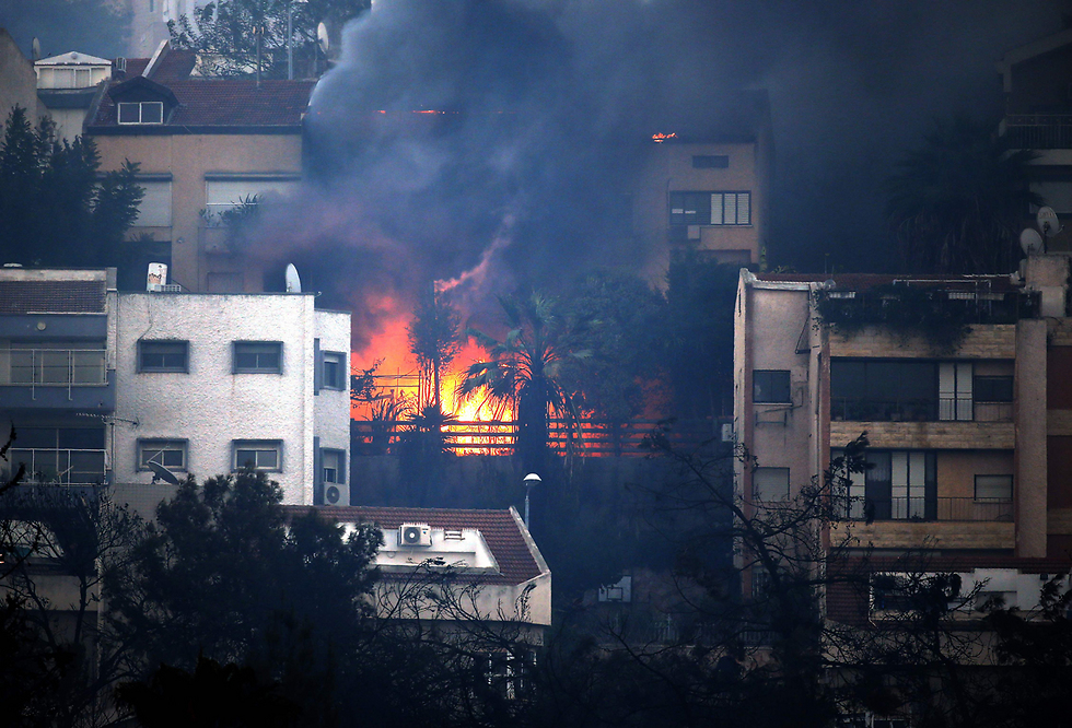 בתים שעלו באש בחיפה בעקבות השריפה (צילום: AFP) (צילום: AFP)