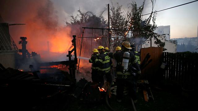 אש בלתי פוסקת בחיפה (צילום: רויטרס) (צילום: רויטרס)