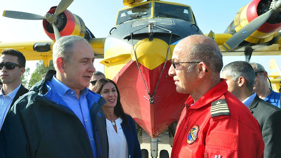 Netayahu speaking to firefighting pilots in Hatzor (Photo: Koby Gideon, GPO)