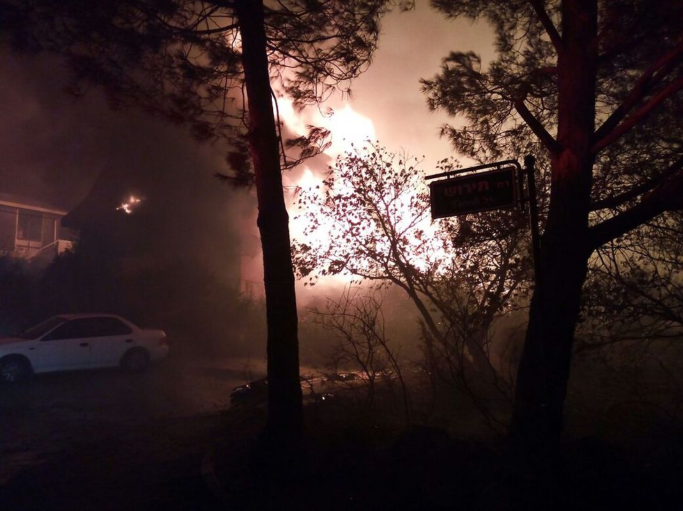 Fire in the settlement of Halamish, Neveh Tzuf  (Photo: Judea and Samaria Fire Department Spokesperson's Unit)
