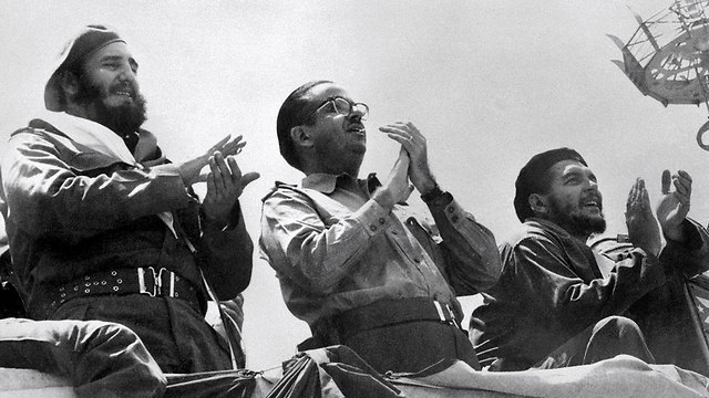 קסטרו משמאל וצ'ה גווארה מימין ב-1961 (צילום: AFP) (צילום: AFP)