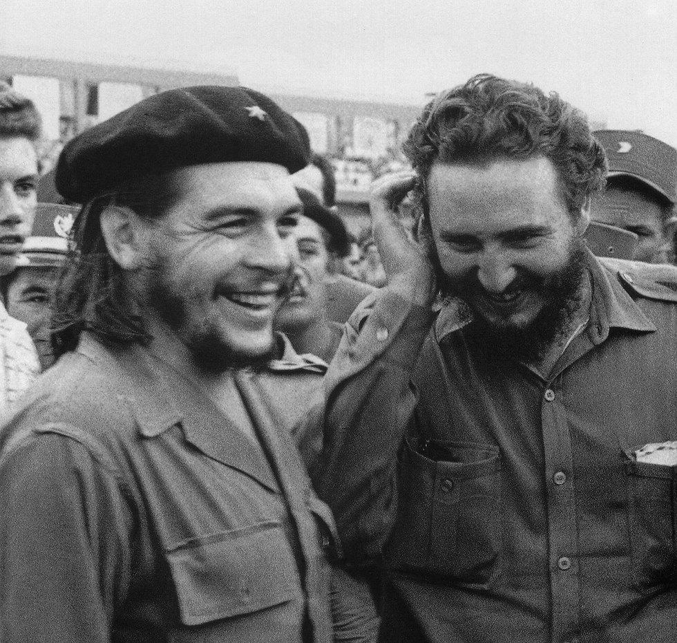פידל קסטרו וצ'ה גווארה. קסטרו ברח למקסיקו אחרי ניסיון הפיכה (צילום: AFP) (צילום: AFP)