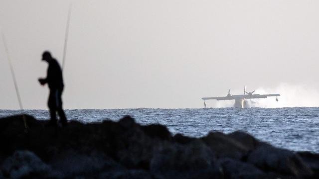 מטוס טורקי ממלא מים מול חוף נתניה (צילום: AFP) (צילום: AFP)