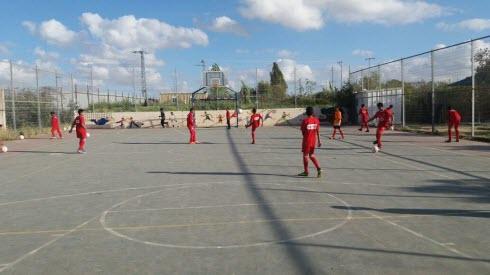 ילדים משחקים כדורגל בכפר ערב-אל-נעים
