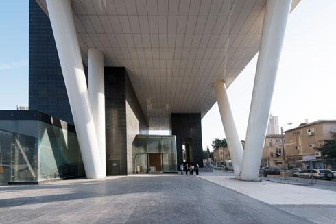 התכנון מבטיח מערבולות רוח, כמו במגדל הבנק הבינלאומי בת''א. מתנה לציבור? ממש לא (צילום: גדעון לוין )