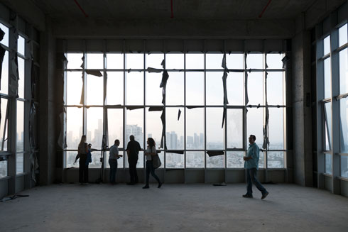 האכלוס התעכב בשנתיים בגלל ויכוח עם חברת החשמל, שהכריעה את היזמים. קומה במגדל (צילום: גדעון לוין )