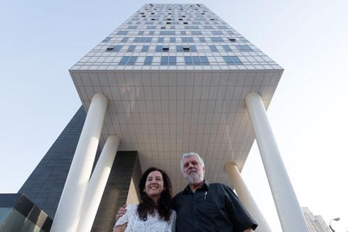 האדריכלים עדן בר ואפרת אלון, מתכנני מגדל כוכבא 4 בבני ברק (צילום: גדעון לוין )