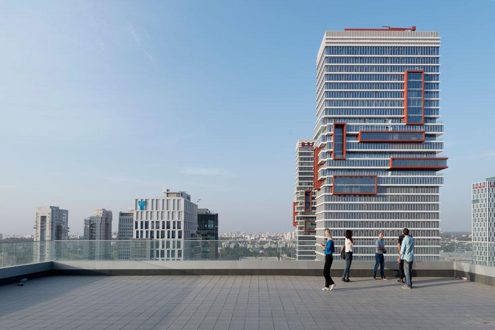שלוש מרפסות גדולות למגדל החדש, ומהן נצפים המגדלים הגבוהים ממנו. הנוף ימשיך וייחסם ככל שייבנו כל גורדי השחקים במתחם (צילום: גדעון לוין )
