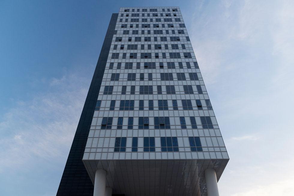 מהזווית הזו נראה המגדל כגוש אחד, אך הוא מחולק לשלושה גושים כדי למצות את אחוזי הבנייה (צילום: גדעון לוין )