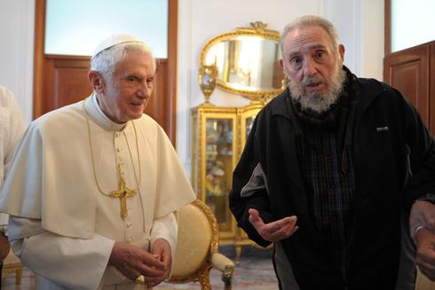 האחד בבגדי כמורה לבנים, השני בעליונית של אדידס. הפגישה בין האפיפיור וקסטרו (צילום: Gettyimages)